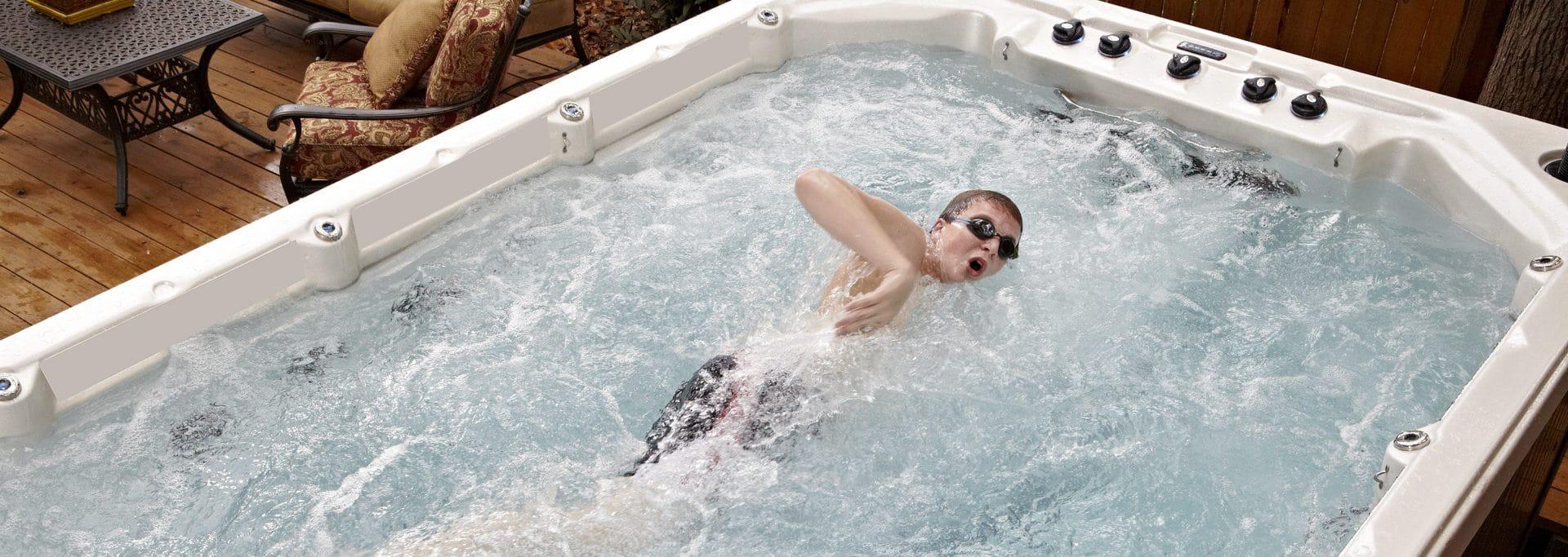 Homme pratiquant le crawl dans un spa de nage.