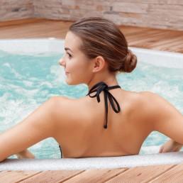 Femme qui se détend dans un spa. Spa ou Jacuzzi, même détente