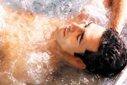 Homme se relaxant et profitant des bienfaits d'un spa