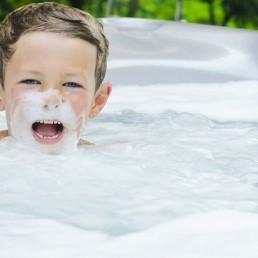 Enfant dans un spa avec de la mousse
