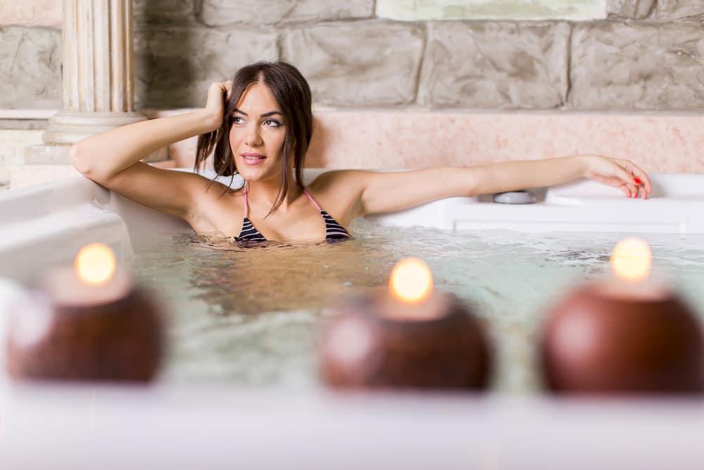 Femme se relax dans un spa