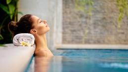 Femme se relaxant dans un spa
