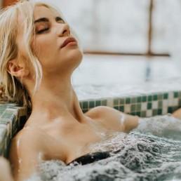 femme se relaxant dans un spa Ibiza