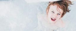 enfant s'amusant dans un spa